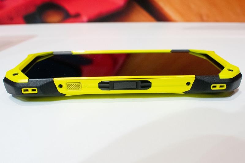 右側面にはカメラボタン(左)と電源ボタン(右、指紋センサー内蔵)