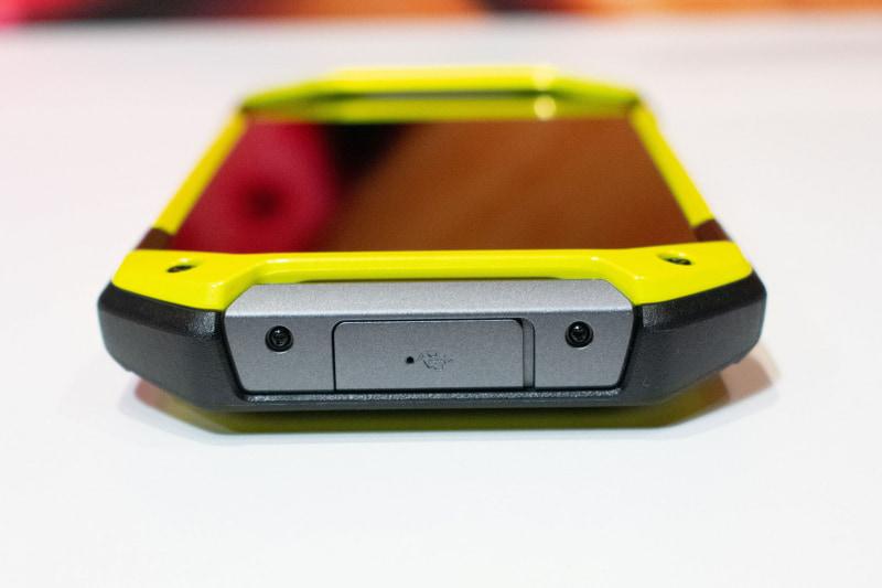 下側面、USB Type-C端子はキャップつき