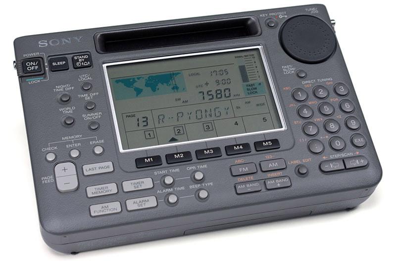 """左はソニーの名刺サイズラジオSRF-SX905V(生産完了)。使いやすくて音もイイ!!! 現在もソニーからイイ感じの<a href=""""https://www.sony.jp/radio/lineup/"""">名刺サイズラジオ</a>が何機種か出ている。中央と右は往年の短波ラジオで、中央がナショナル「クーガー2200(RF-2200)」で、右はソニー「ICF-SW55」。てゅーかこういう「良い短波ラジオ」が次々と姿を消しつつ日本語短波放送も消えていって寂しい限りである。でも短波放送にご興味があれば、ゼヒ↓の記事を読んでBCLを始めよう!!!"""