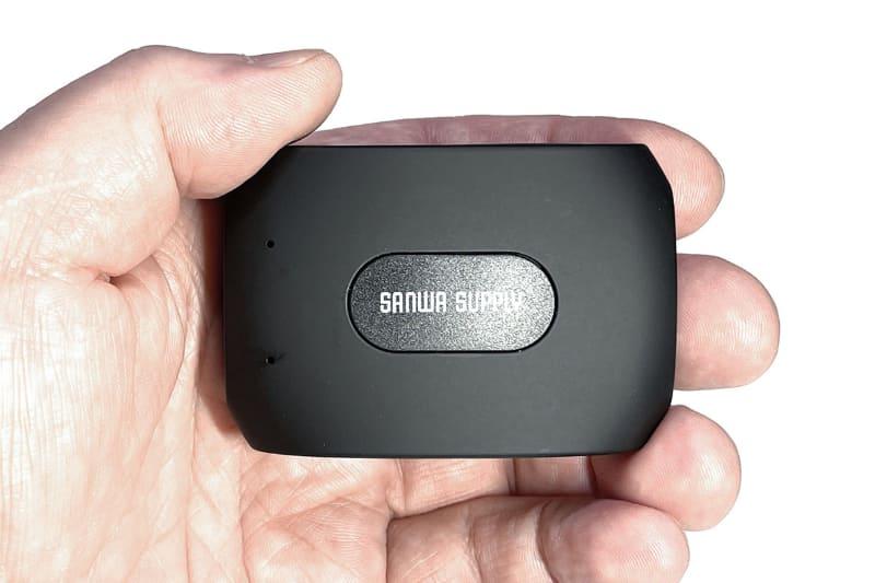 サンワサプライ「ワンセグチューナー 400-1SG007」の本体部分は手のひらサイズ。スマートフォンとはWi-Fiで接続するタイプで、付属アンテナのケーブル長は180cmあるので、チューナーを受信状態の良い場所に設置して、そこからある程度離れた場所でのワンセグ視聴が可能だ。家庭用アンテナと接続するケーブルも付属している。写真には写っていないが、本体に直接取り付ける短いロッドアンテナも付属している。電源は内蔵充電池でUSB充電できる。サンワダイレクト税込価格は9980円。