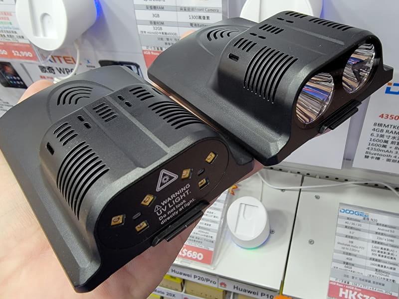 紫外線殺菌ライト(左)とLED大型ライト(右)