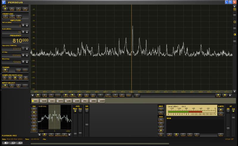 PERSEUS専用ソフトウェアの表示例。スペクトラムにより「どの周波数に電波(放送など)が現れているか」がわかる。そこにカーソルを合わせてクリックすればチューニング完了。目的の電波のすぐ近くに強力な別の電波があっても、その「邪魔な電波」を避けるようにバンド幅を調節してのチューニングも容易だ。