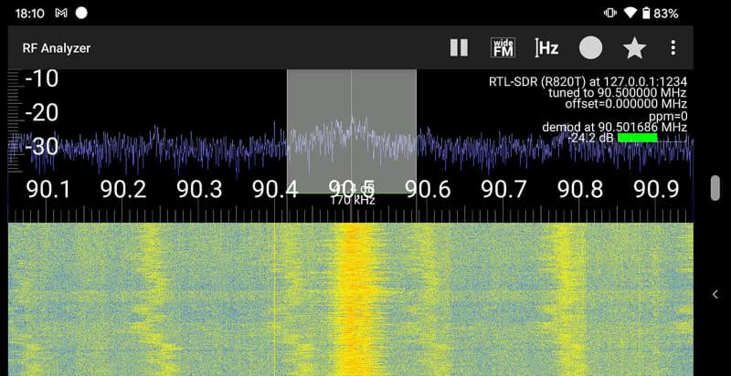 SDRドングルを機能させるドライバーアプリ「SDR driver」と、放送を聴取するためのアプリが必要になる。ここでは放送聴取用アプリとして「RF Analyzer」を使っている。ちなみに、このスクリーンショットで受信中の周波数は90.5MHz。関東エリアのワイドFMでTBSラジオ(AM放送だと954kHz)を聴いている状態だ。