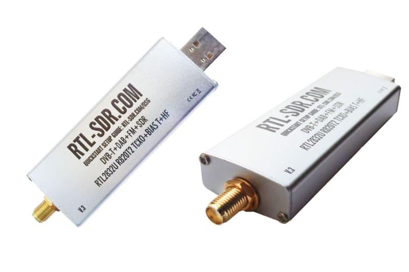 USB接続のSDRドングルも必要になる。SDRドングルは購入することになると思うが、例えばAmazonで「RTL2832U R820T」で検索するといくつかヒットする。「RTL-SDR」で検索しても、このテのドングルが多数ヒットするだろう。こういったドングルに接続するアンテナも必要になる。
