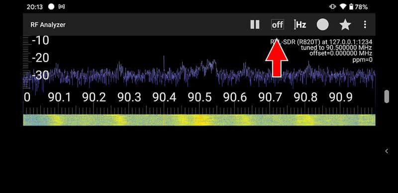 波形が動き出せば無事に受信し始めた様子。最初は音が出ないと思うが、その場合は赤矢印の先に見える「OFF」をタップし、電波の変調の方式を指定する。