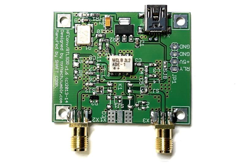 UP CONVERTERの一種「RTL-SDR対応HF UP CONVERTER」。長波/中波/短波の周波数を+100MHzアップし、SDRドングルで受信できるようにする周波数コンバーターだ。電源はUSB。専用の金属製ケースも売られている。