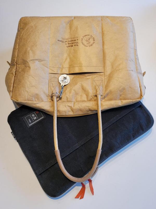 持ち手のないパソコンブリーフケースの使命はより大きな鞄の中での意味がメインなので、両面にあるポケットは明確な目的が無ければ何らかの場合の余裕の収納箇所だと考えている