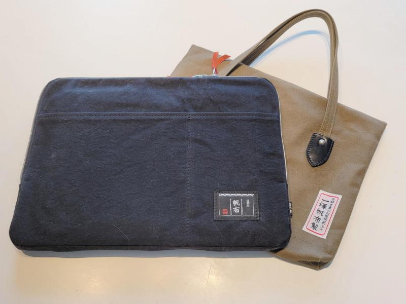今回購入したブリーフケース。後ろは持ち手付のパソコンブリーフケースとして1年ほど使っている京都のメーカー製のもの