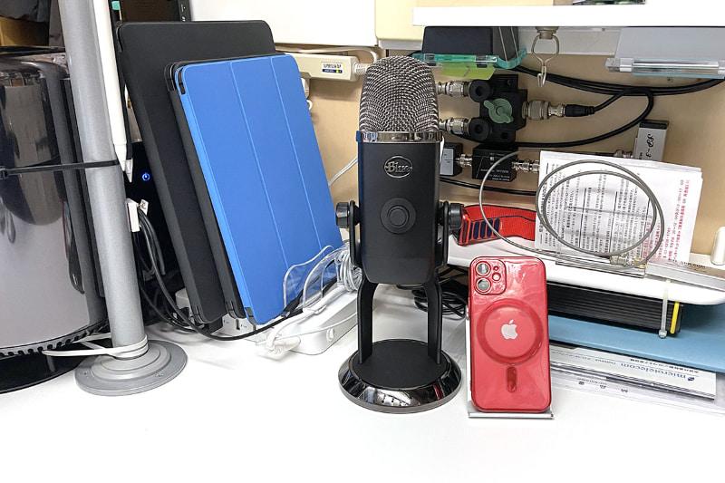 """拙宅仕事机の上に鎮座するYeti X。その右の赤いのは<a href=""""https://k-tai.watch.impress.co.jp/docs/column/stapa/1293280.html"""" class=""""strong b"""">iPhone 12 mini</a>である。Yeti Xのサイズは11×12.2×28.9cm。背の高さが30cm近いのであった。"""