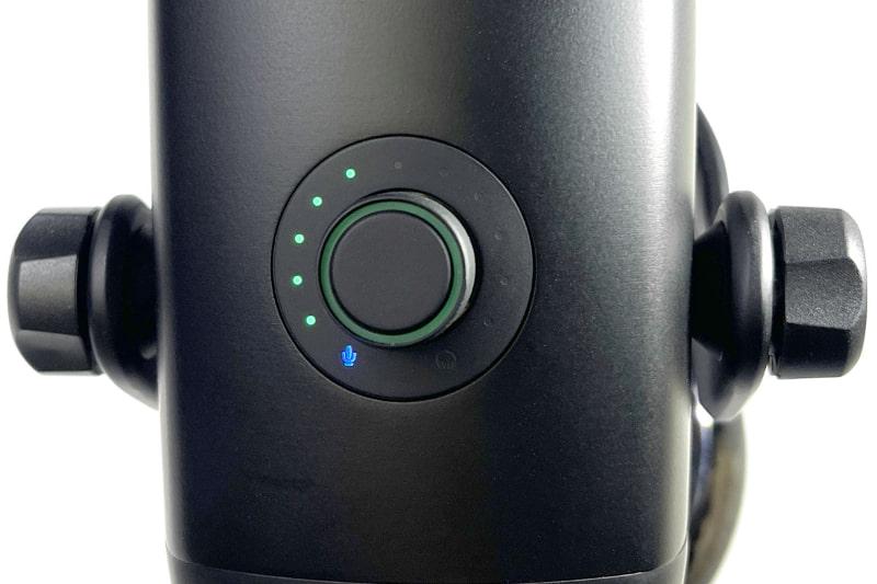 通常使用時はLEDにより入力レベルが示される。マイクの形のLEDが点灯しているので、この状態でツマミを回すとゲイン調節となる。