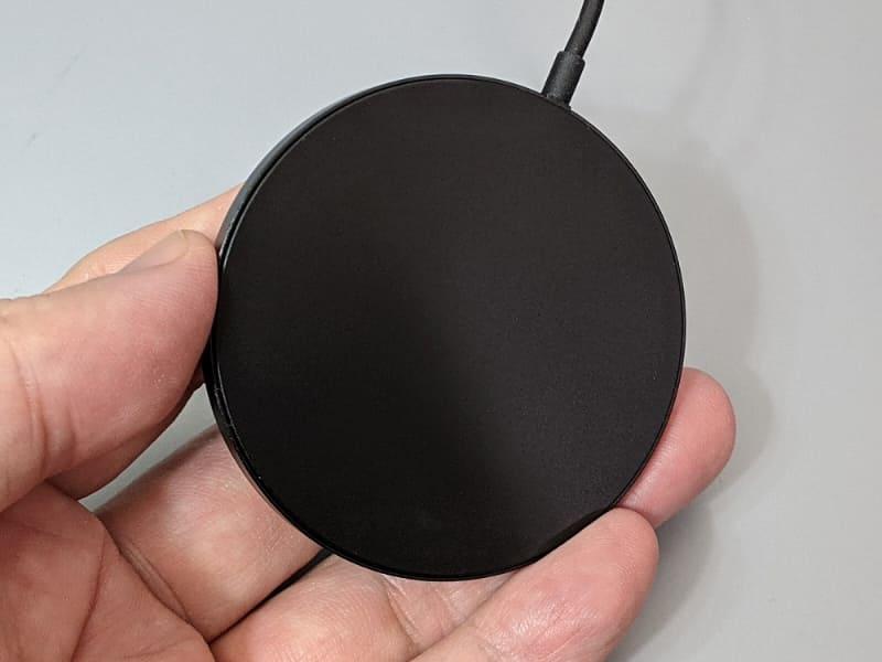 無地の面をiPhoneに貼り付ける。純正品のような表面の軟質樹脂はない