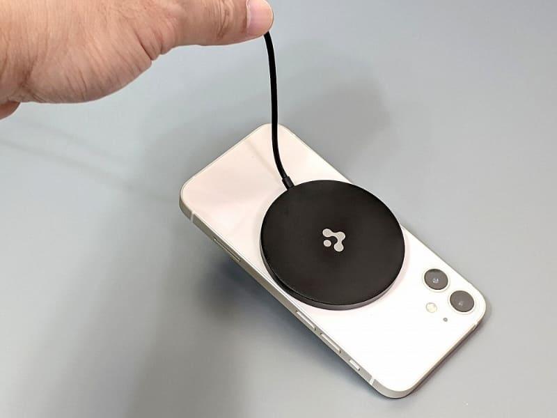 磁力は弱く、iPhone 12 miniをここまで持ち上げるので精一杯だ