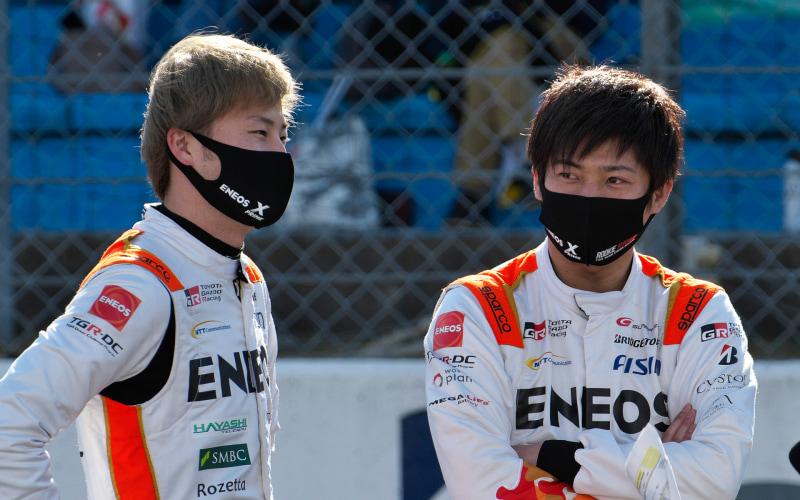 14号車をドライブする山下健太選手(左)と、大嶋和也選手(右)