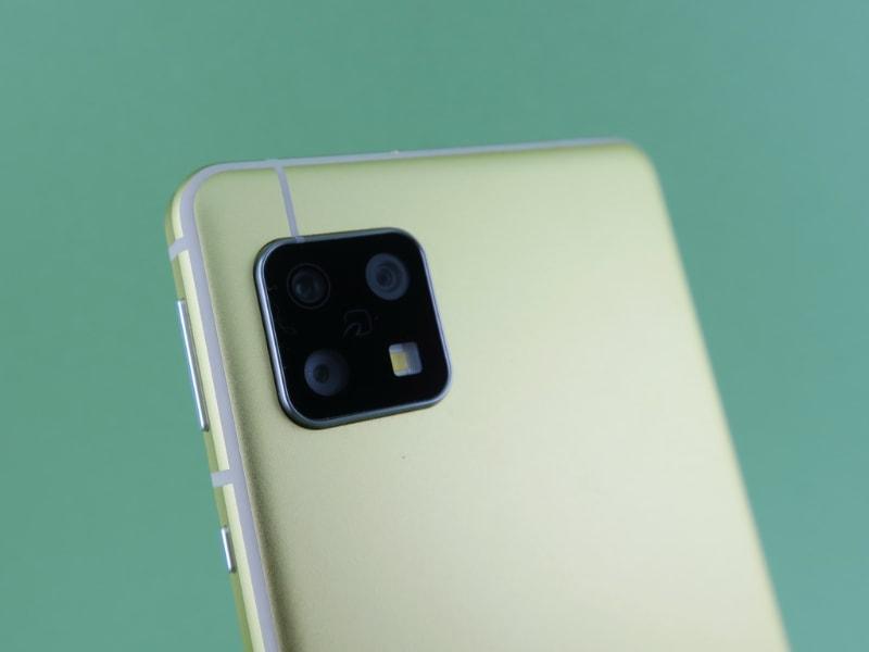 背面に広角カメラ(右上)、望遠カメラ(左上)、標準カメラ(左下)のトリプルカメラを搭載する。「AQUOS sense5G」と「AQUOS sense4」で共通仕様。少し見えにくいが、カメラ部の中央部分におサイフケータイのアイコンがプリントされている