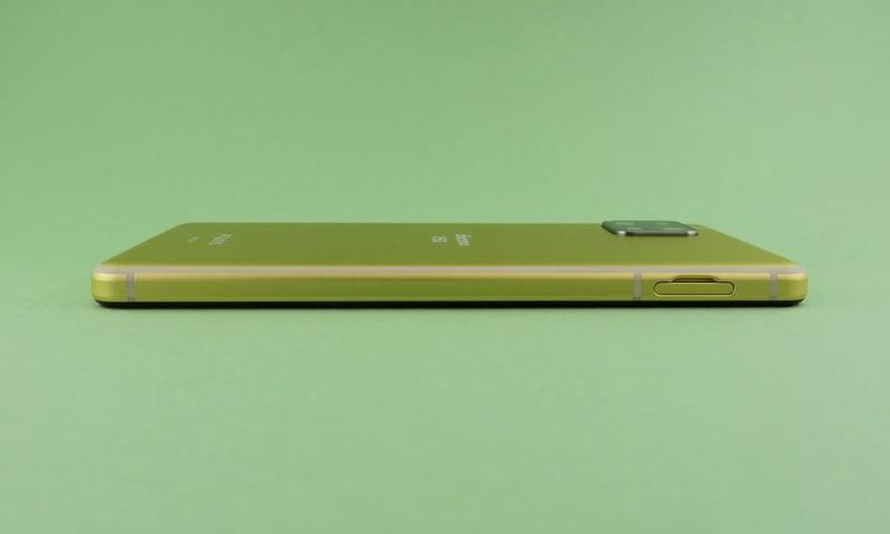 左側面はSIMカードトレイを備える。切り欠き部分に爪の先を引っかければ、すぐに取り出せる。ピンが不要なのは便利