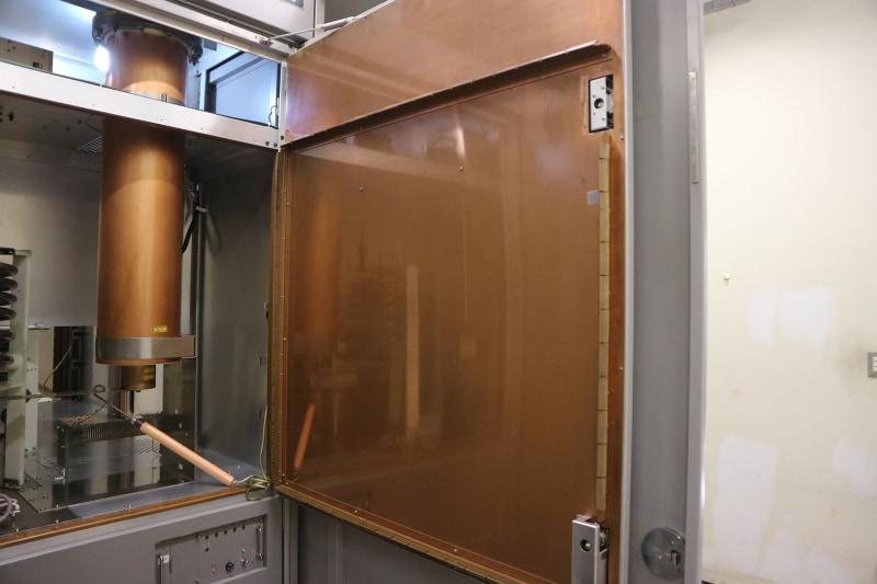 送信機の扉内側は銅板で覆われている