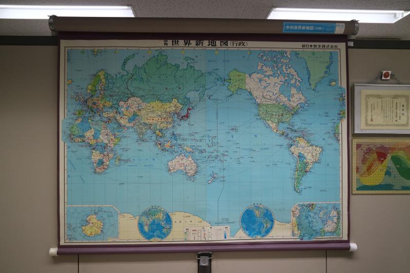 世界地図も掲示されている