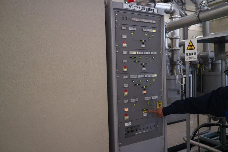 送信機からの信号をどのアンテナに接続するかを制御する機器
