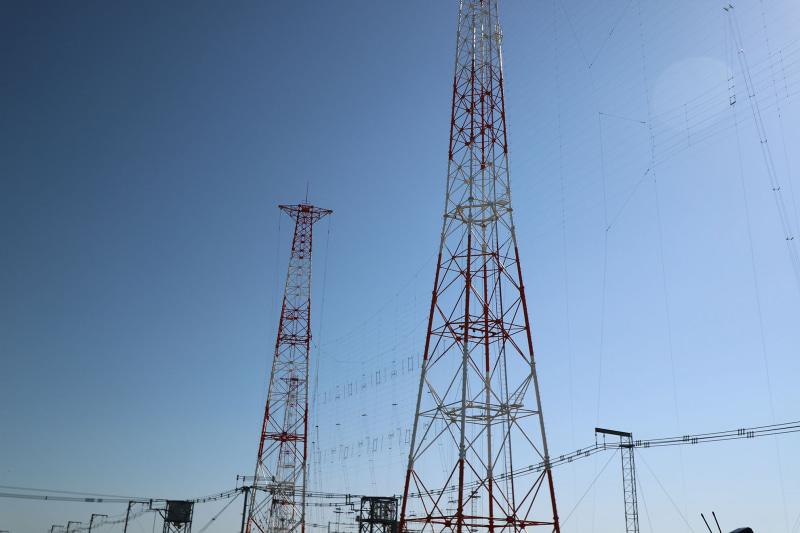 高周波数帯用アンテナ。周波数が高いほうが波長が短いので、アンテナの長さが短い