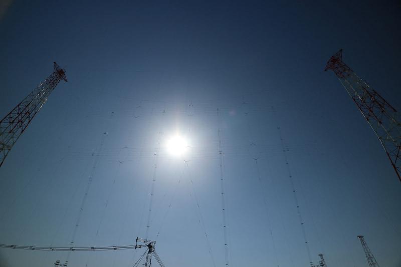 低周波数帯用アンテナ。周波数が低いほうが波長が長いので、アンテナの長さが長い