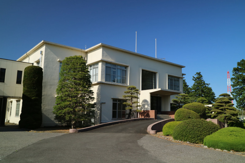 建屋正面。昭和初期の建物で歴史の長さがうかがえる