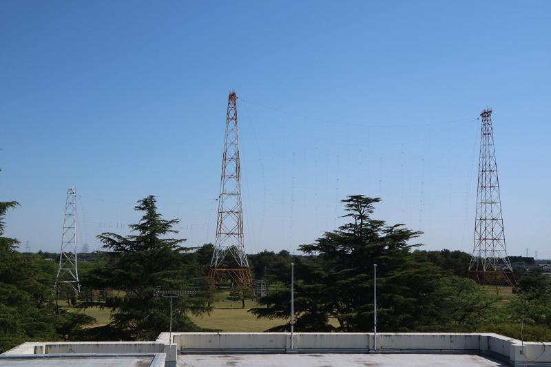 左の低いアンテナは高周波数帯用、右が低周波数帯用。オーストラリア大陸方面に電波を発射するアンテナ群
