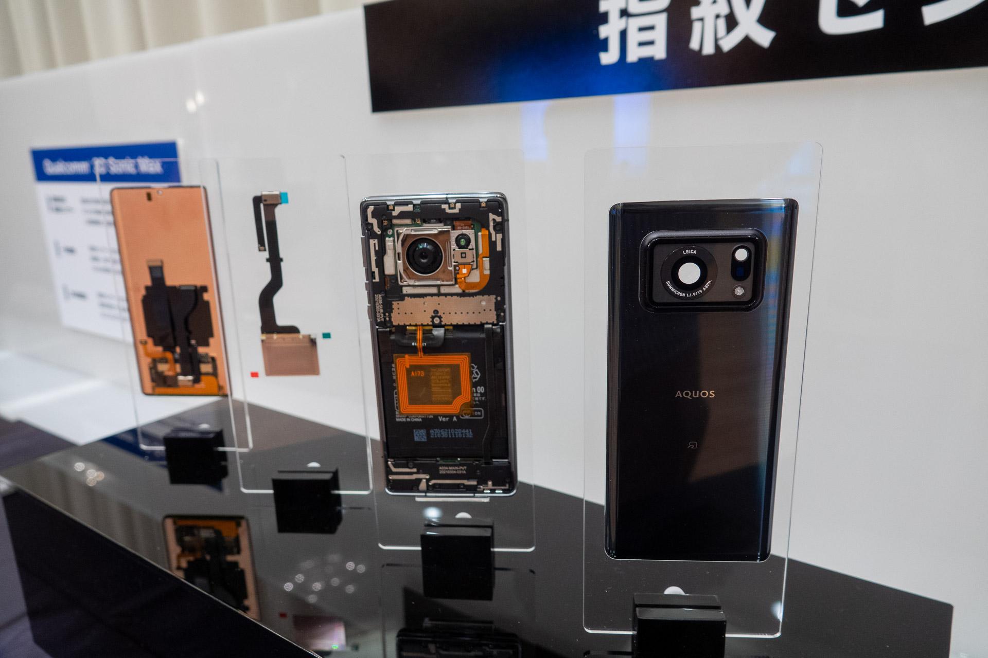 左からディスプレイ側、指紋センサー部、カメラを含む基板、背面