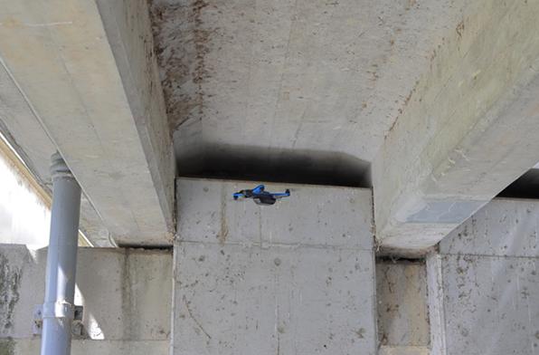 狭い場所での飛行イメージ