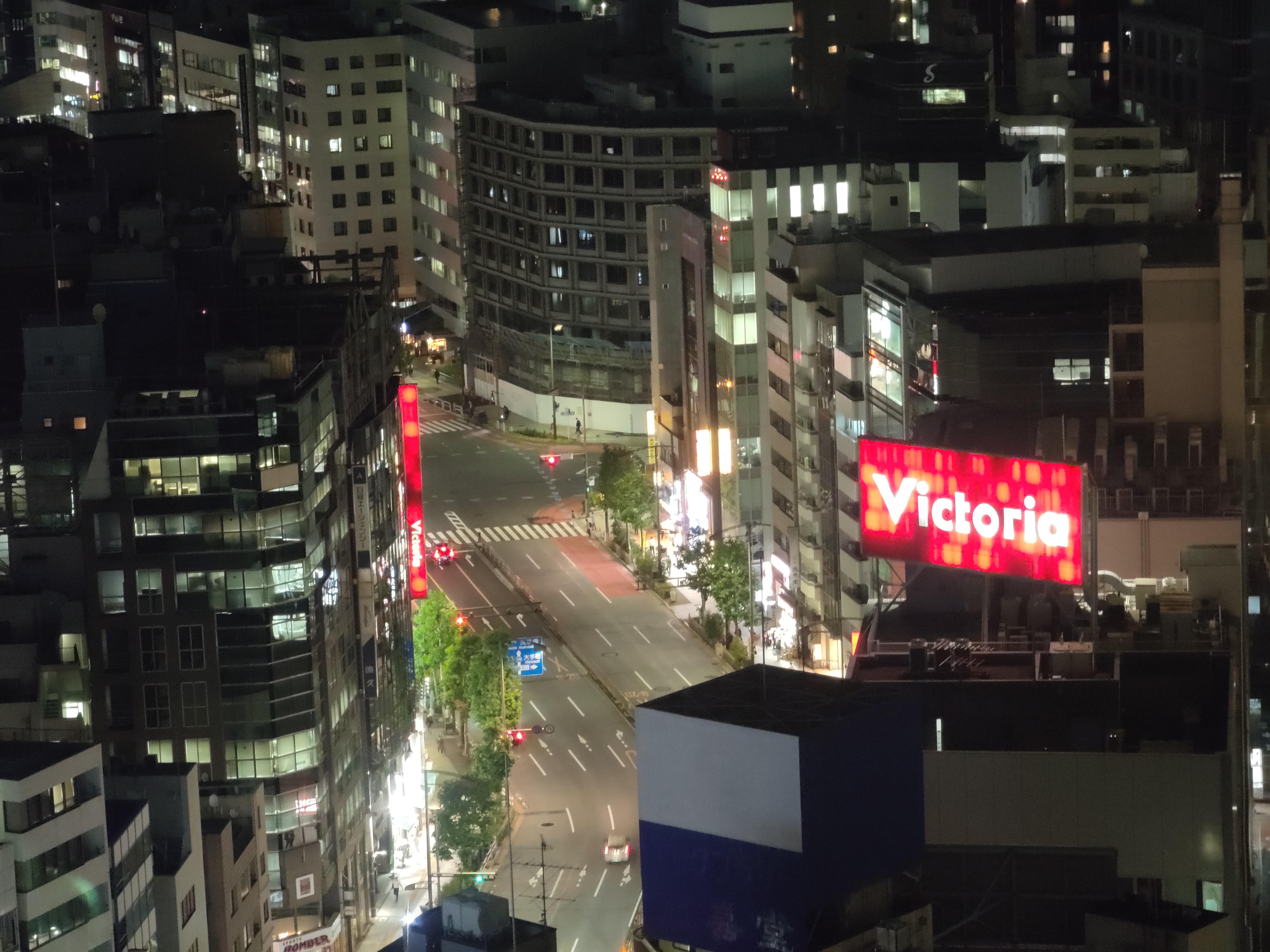 画像右下の赤丸は、カメラからの発光が窓に反射したことによって映っている