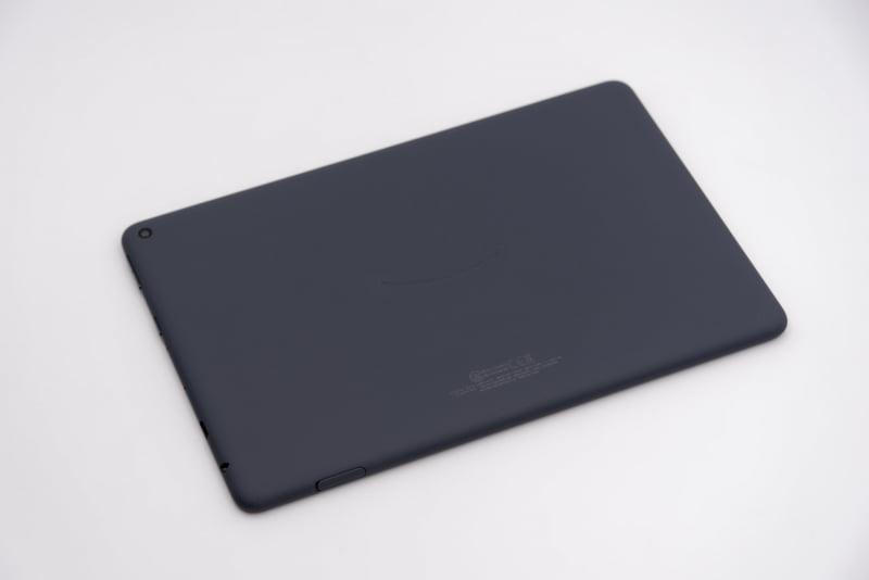 メモリ容量が大きくワイヤレス充電にも対応するFire HD 10 Plusを選択。背面はシンプルにカメラとAmazonロゴ