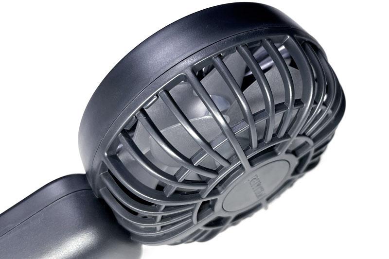 Silky Wind Handy Fan Sのファンを覗いた様子。見えづらいが、前後に2つのファンがある。これら2つのファンをそれぞれ別のモーターで回転させている
