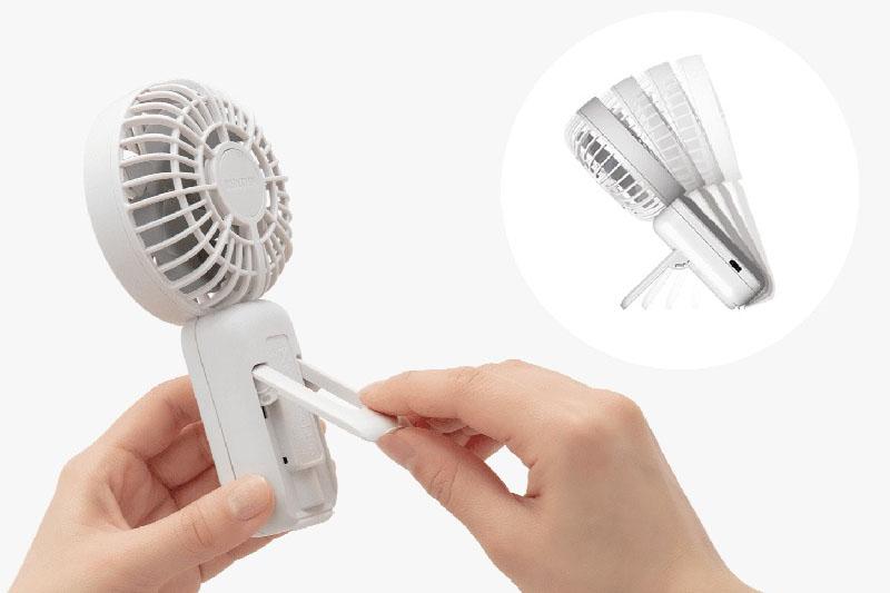 Silky Wind Handy Fan SはUSB充電(2000mAhリチウムイオン充電池内蔵)で使えるポータブルファン。風量は弱・中・強・ターボの4段階で、弱運転だと最大10時間連続使用が可能だ。4段階調節のスタンドを格納しており、机上に立てて使うこともできる。サイズは162×85×39mmで重さ140g。カラーはシロ、ミズイロ、ダークグレーの3色がある。価格は1980円
