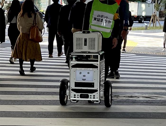 交差点を横断する自動走行ロボット
