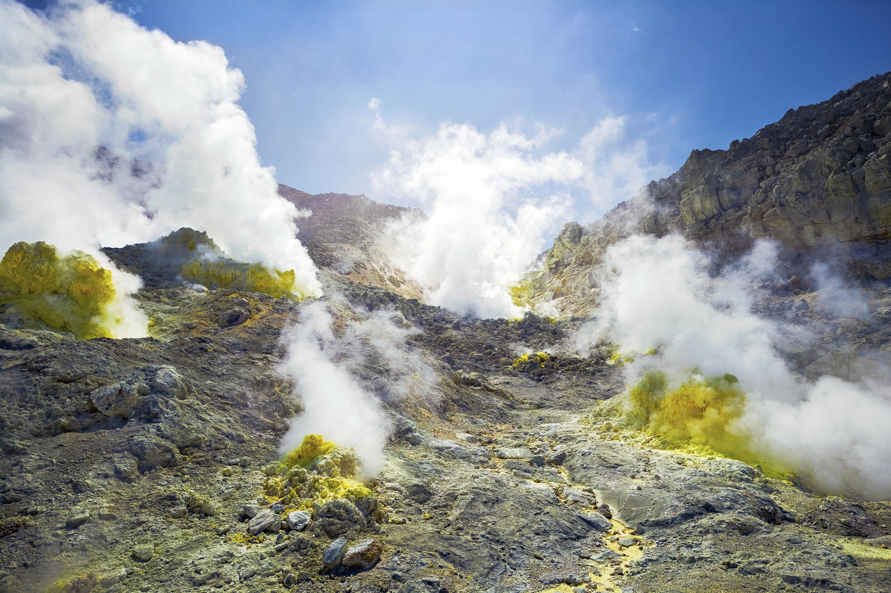 巨大な硫黄山(C)Anju