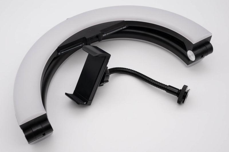 折り畳めるので持ち運びもそこそこしやすい。普通のリングライトは大きめのカバンでもシンドイので、これもありがたいポイント
