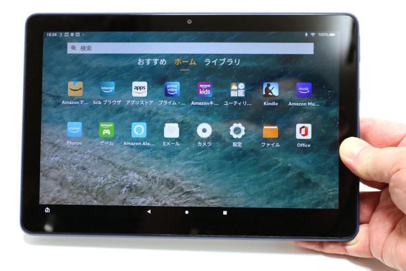 Fire HD 10は460g(実測値)の10.1インチタブレット。片手で余裕で持てる。横向きにした状態で、本体上部にステレオスピーカー、本体右にボリュームスイッチや電源スイッチやUSB-Cポートや内蔵マイクやイヤホンジャックがある。背面は樹脂素材で、サラサラした手触りのマット仕上げ。カラーはオリーブ、デニム、ブラックがあるが、写真はデニム。