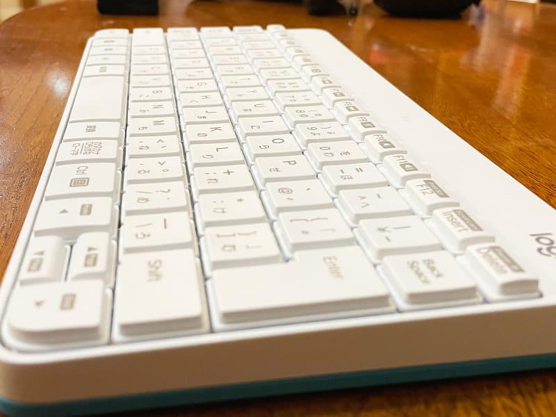 キーボードもマウスも単4形電池×2を用います。