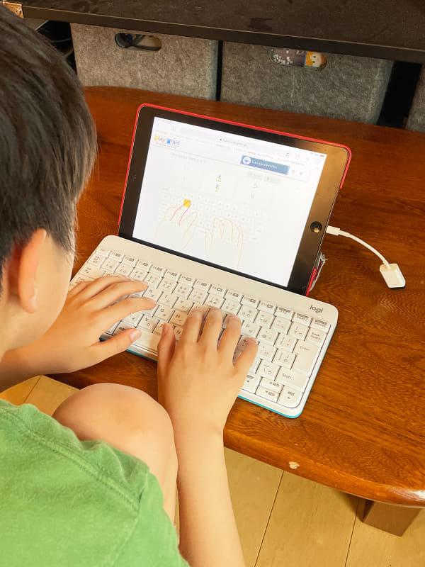 iPadにキーボードを接続してローマ字入力の練習。最近はWEB上にキーボード練習のサイトがたくさんあるので助かります。