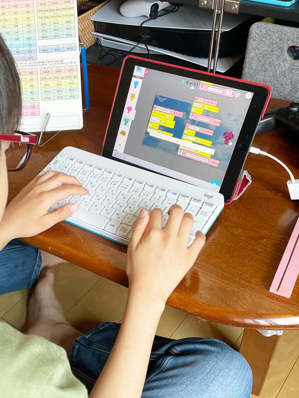 数日後にはiPadの「プログラミングゼミ」で何やら作っていました。さすが子ども。吸収が早い……