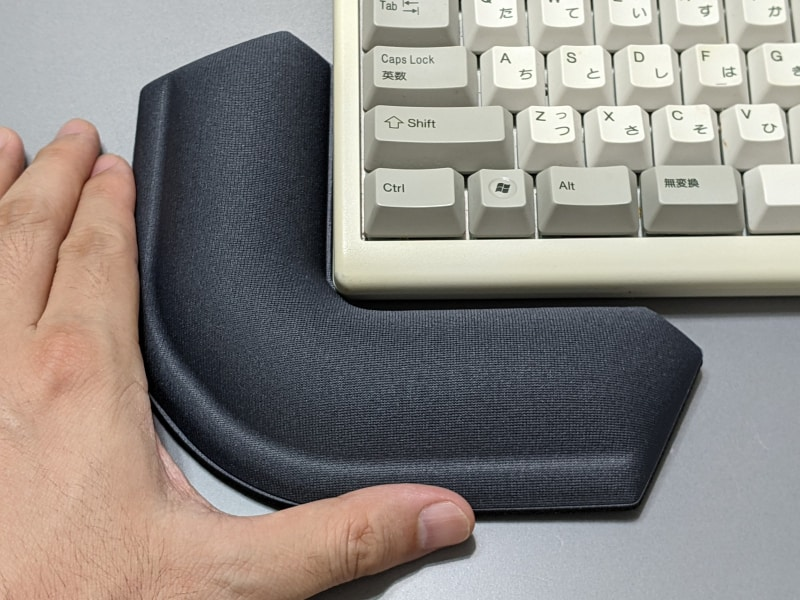 キーボードの角に設置できる。キーボードを打つ手が斜め方向から伸びている場合もフィットする