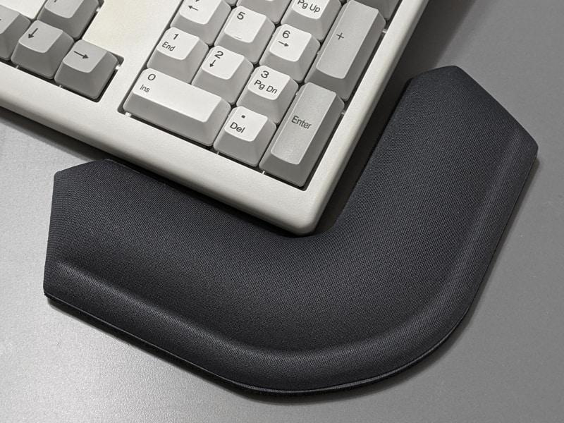 キーボードの右側に置くとテンキー部を囲い込む形になるので、数値入力が容易になる