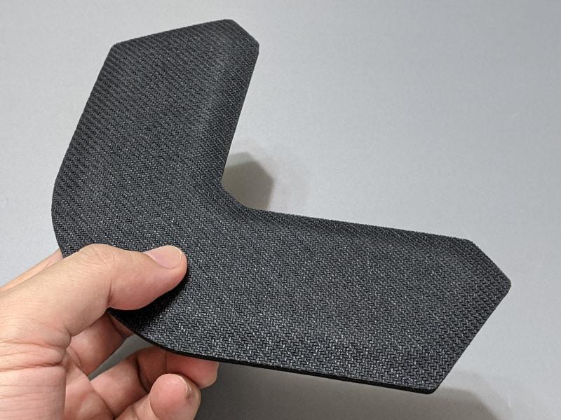 裏面は滑り止め加工が施されているが、よくある粘着タイプではないためずれやすい