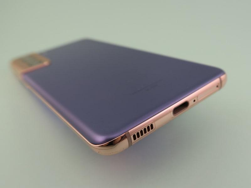 本体下部にはUSB Type-C外部接続端子を備える。右隣はピンで取り出すSIMカードスロット