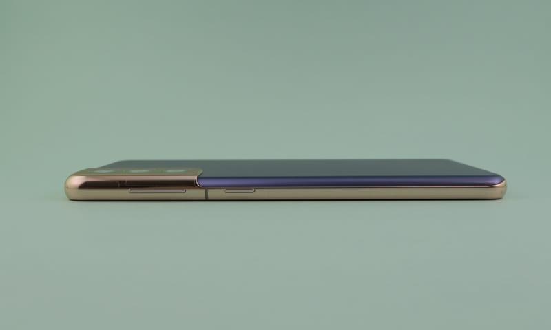 右側面は電源ボタン、シーソー式音量ボタンを備える。カメラモジュールは目立つが、突起はそれほどでもない