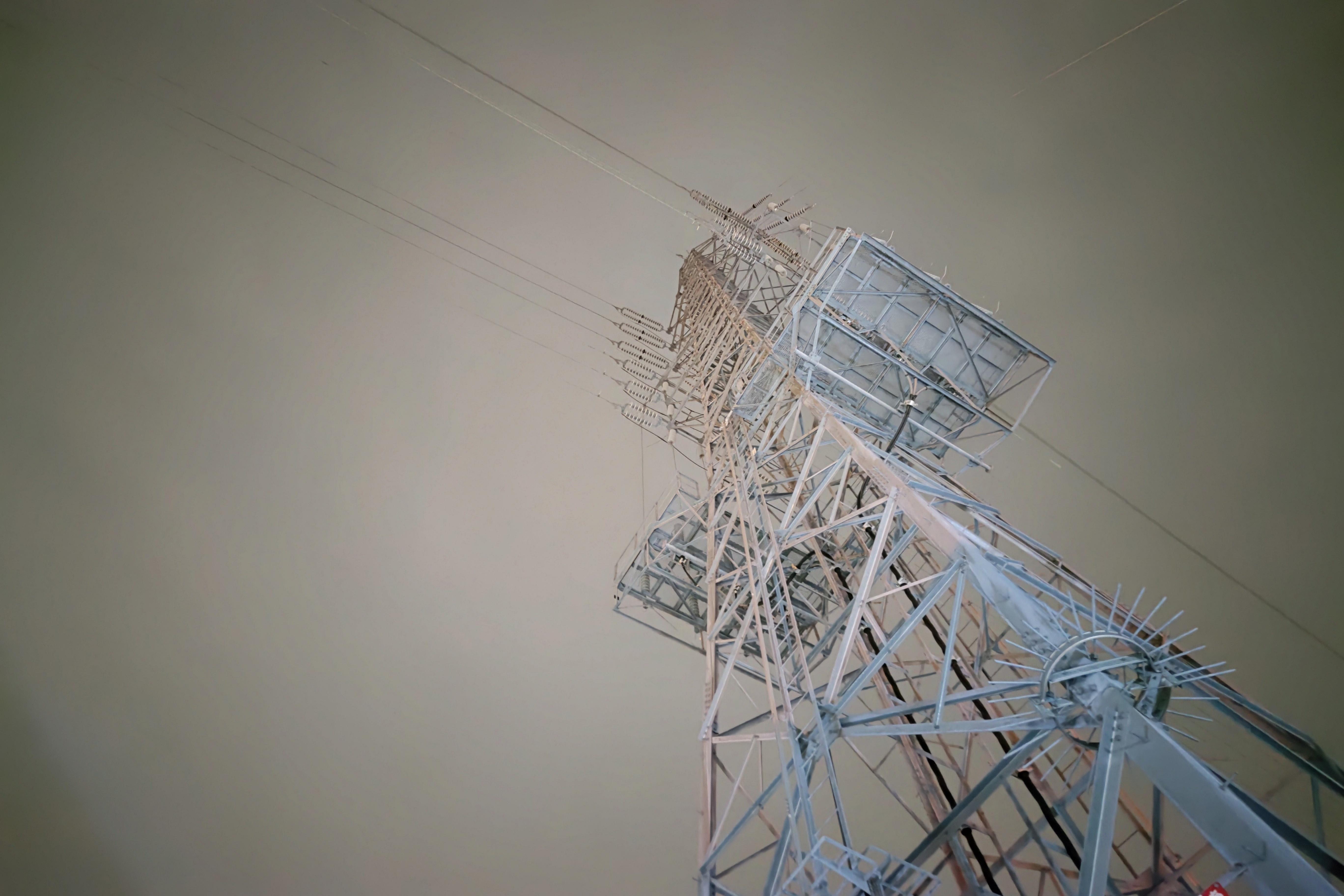 夜の鉄塔も明るく撮影できた。画面外からの光でフレアが出ている。強烈な光には弱いので撮影時には注意したい。ISO:1125