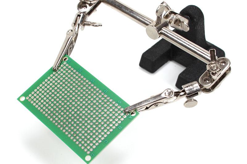 例えば第三の手に基盤を持たせておけば、基盤を固定したまま両手でハンダ付けなどの加工ができて便利だ