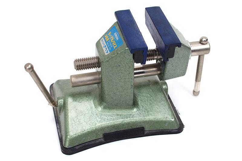 工具店などで売られているフツー的なバイス。台座部分は滑らかな机上になら吸盤で固定できるシクミになっている