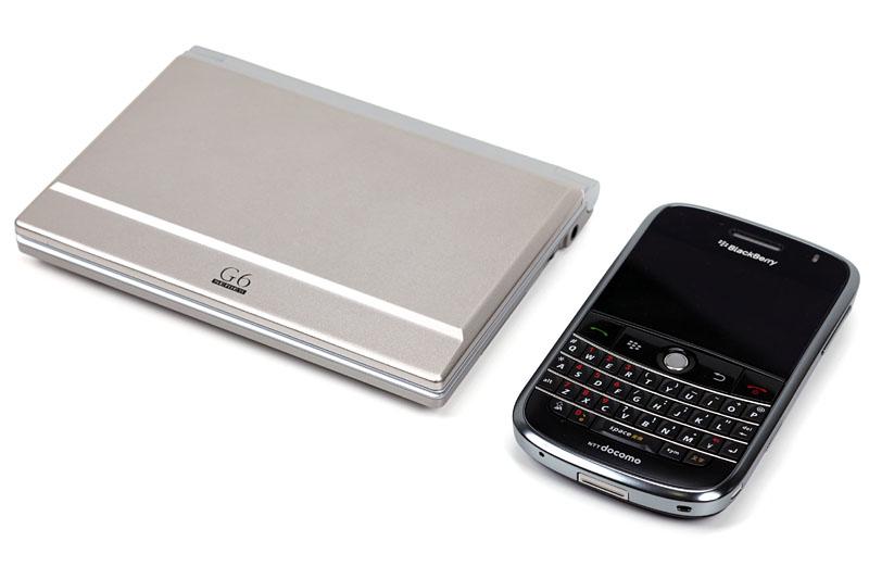 スマートフォンと比較。だいたい文庫本サイズで、常時携帯が苦にならない質量だ。本体もわりあい堅牢