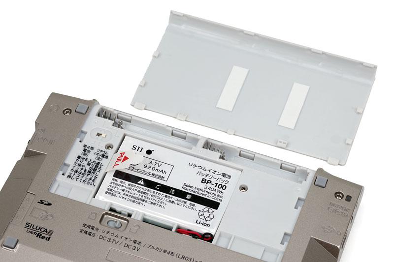 電源は付属のリチウムイオン電池(充電式)、アルカリ乾電池、ACアダプタが使える。PCとUSB接続時にリチウムイオン電池を充電することもできる