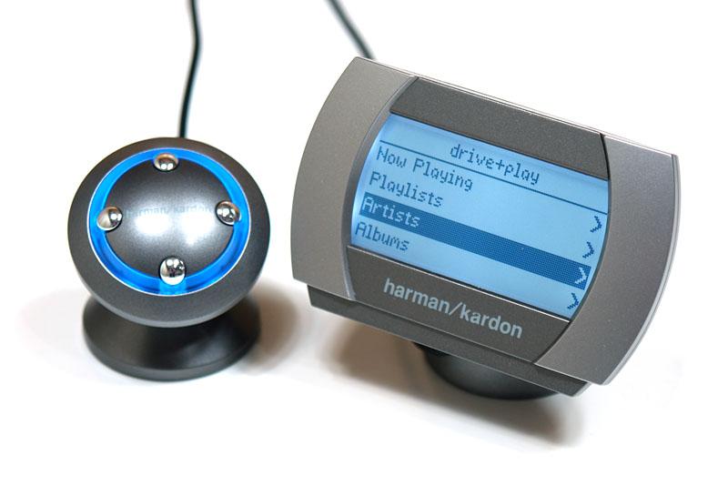 harman/kardonのdrive+play。ハイダウェイユニットにiPodなどを接続すると、丸いノブで選曲などの操作ができ、ディスプレイには再生中の曲名などが表示される。カーオーディオとiPodをつなぎ、快適に操作できるようにするインターフェイスですな